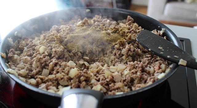 parfumer le plat avec une bonne quantité de cumin - Bestels la recette des samoussas Pieds-Noirs