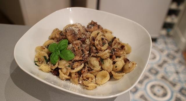 servir les pates dans des assietes creuses - Comfort Food Pasta noisettes basilic et parmesan