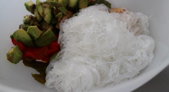 ajouter les vermicelles de riz cuits - Recette Fake BoBun Avocat Poulet Poivrons
