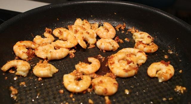 crevettes sautées et assaisonnées - Pâtes aux crevettes sautées ail et basilic