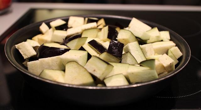 découper et faire cuire les aubergines - Recette Salade bien dans ma tête et dans mon corps