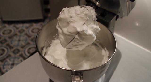 monter les blancs en neige ferme - recette Gâteau nuage de coco