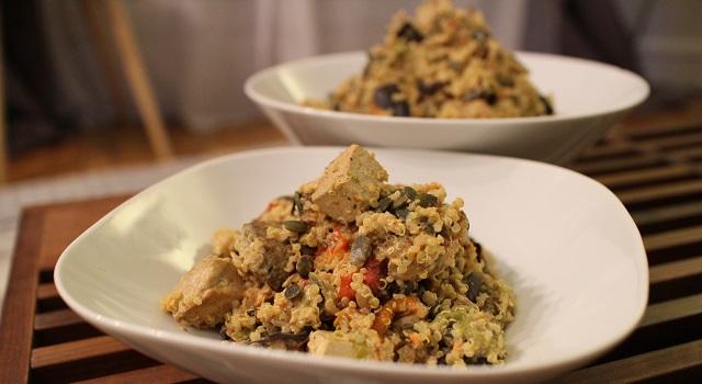servir la salade et décorer avec des graines - Recette Salade bien dans ma tête et dans mon corps
