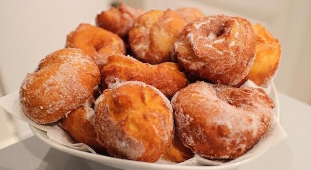 servir les beignets saupoudrés de sucre en poudre - Beignets de Hanouka à l'orange et fleur d'oranger