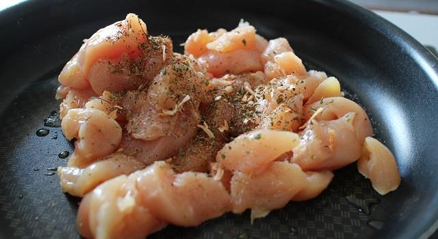 assaisonner et cuire le poulet - Lasagnes blanches au poulet