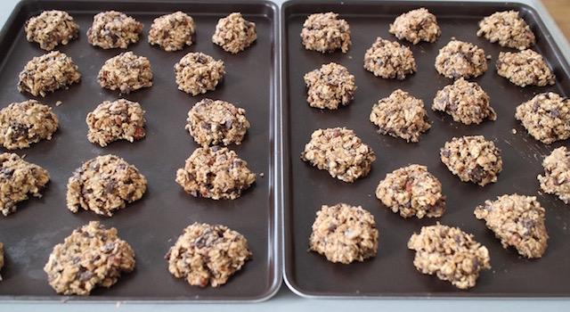 dresser les biscuits sur les plaques à patisserie - Cookies des sportifs banane, chocolat, noisette