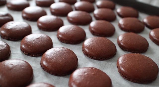 macarons parfaits après cuisson - Macarons au chocolat