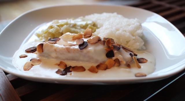 servir le poisson dressé - Cabillaud lait d'amande et amandes grillées