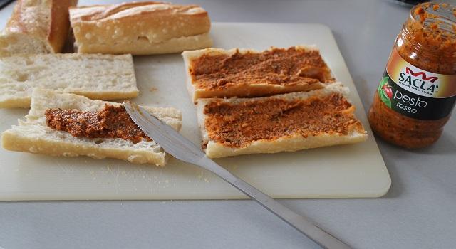 étaler la sauce pesto rosso sacla - Panini tramezzini baguette