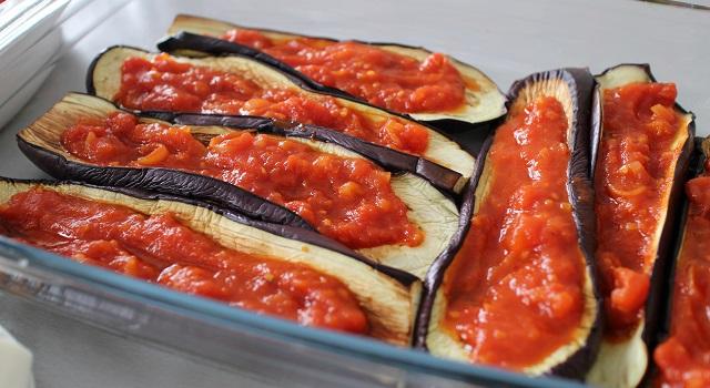 étaller la sauce tomate sur les aubergines - Aubergines gratinées, tomate et mozzarella