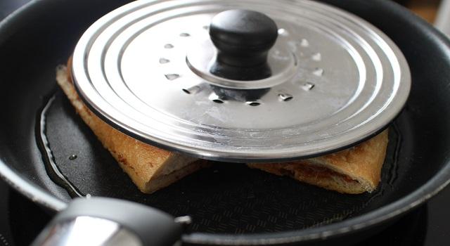 appuyer avec un couvercle pour faire les panini - Panini tramezzini baguette