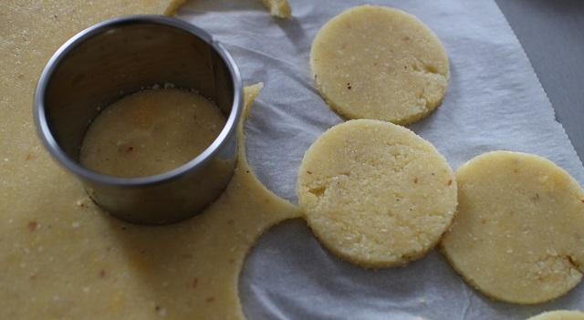 découper des disques de polenta - Toasts de polenta, parme, tomate séchée