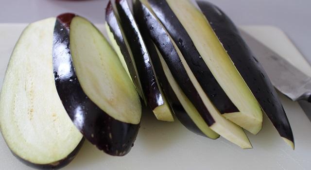 découper les aubergines - Aubergines gratinées, tomate et mozzarella