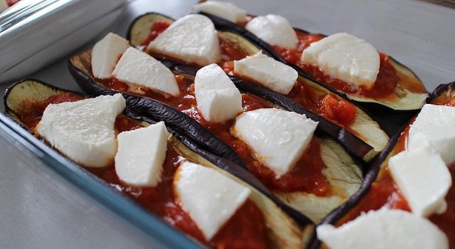 disposer les morceaux de mozzarella - Aubergines gratinées, tomate et mozzarella