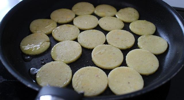faire frire les disques de polenta dans l'huile - Toasts de polenta, parme, tomate séchée