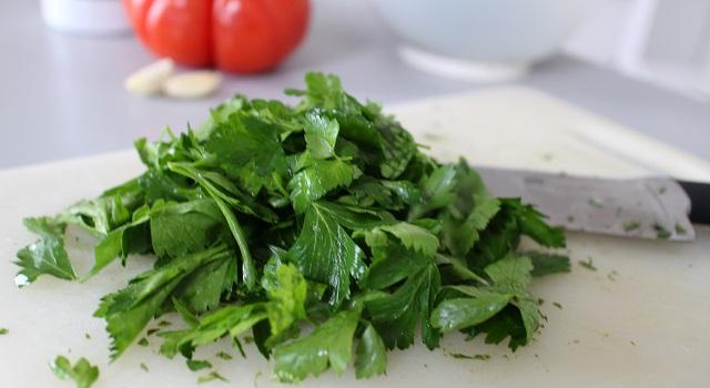 hacher le persil - Tabouleh de menthe fraîche