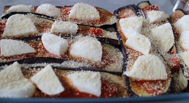 saupoudrer de chapelure - Aubergines gratinées, tomate et mozzarella