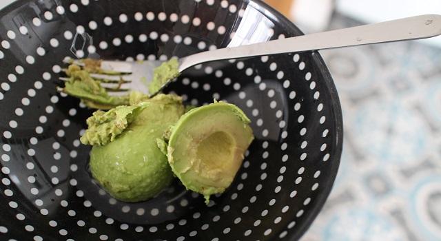 écraser l'avocat et le jus de citron - avocado toast parfait