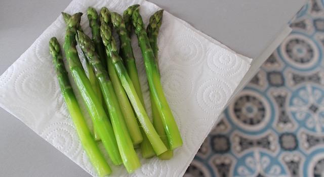 éponger les asperges - Asperges vertes, œuf mollet, parmesan