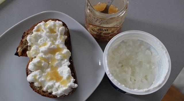 étaler le cottage et ajouter le miel - Tartine de figues et pistaches