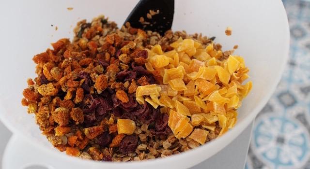 ajouter les fruits secs au granola - Granola énergétique - acidulé