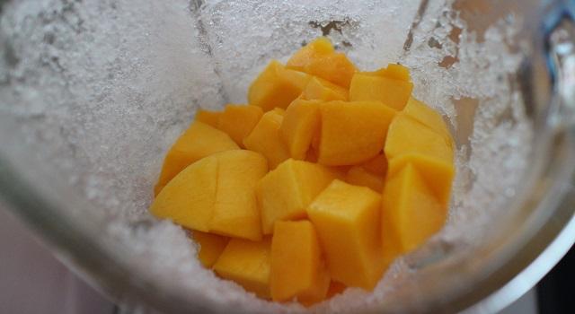 ajouter les mangues et le jus de citron - Le meilleur Mango Bowl