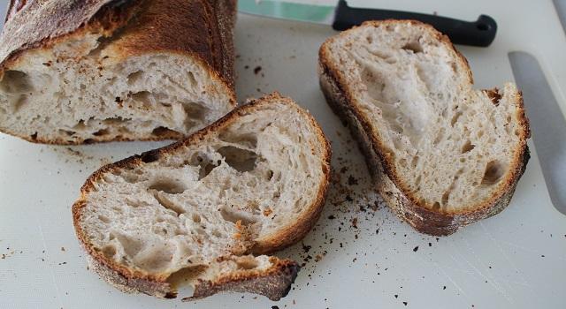 découper le pain - Tartine de figues et pistaches