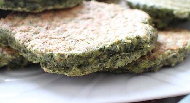 délicieux pancakes servis avec du fromage - Pancakes a l'okara de legumes verts
