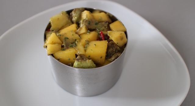 dresser la salade dans un cercle - Salade de mangue et avocat