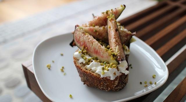 saupoudrer de pistaches hachées - Tartine de figues et pistaches