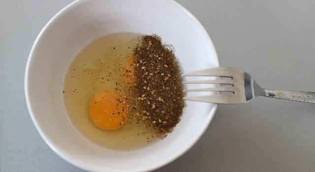 battre les oeufs avec les épices - oeufs brouillés à l'israélienne