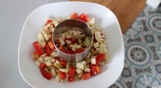 dresser la salade à l'aide d'un cercle - Salade de poulpe au citron confit