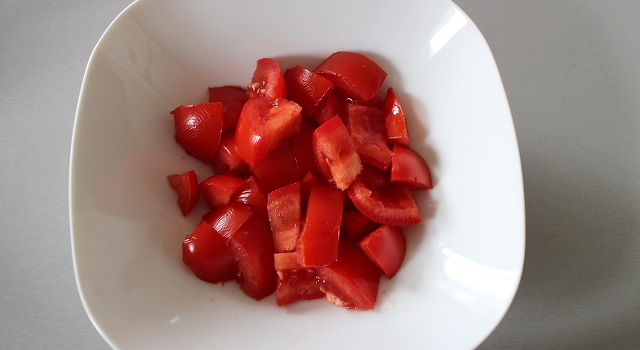 préparer la salade de tomates - oeufs brouillés à l'israélienne