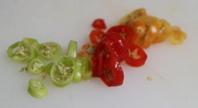 découper les piments végétariens - Saint Barth - salade créole