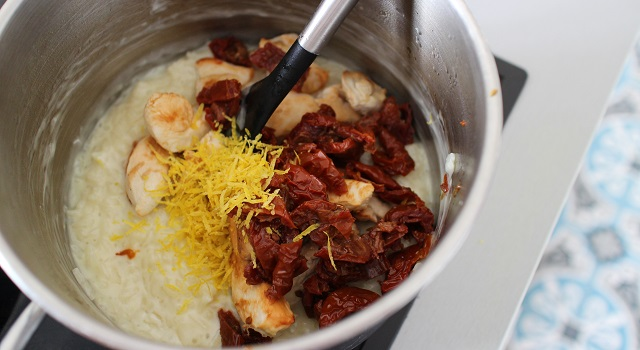 ajouter le poulet tomates et zestes - Risotto estival chèvre frais, citron, tomate séchée