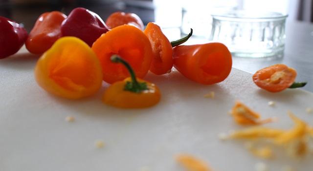 ouvrir-et-evider-les-poivrons-mini-poivrons-frais-pour-laperitif