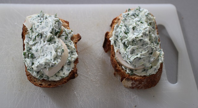 recouvrir-de-fromage-de-chevre-toast-forestier-frais-et-gourmand