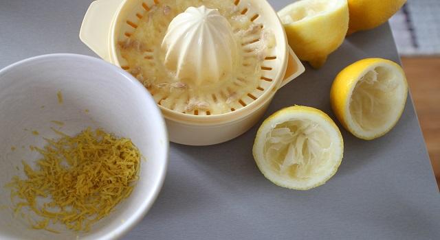 zester et presser les citrons - Risotto estival chèvre frais, citron, tomate séchée