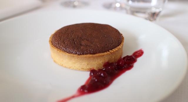 servir-la-tarte-chocolat-signee-christian-etchebest