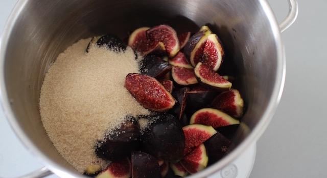 ajouter-le-sucre-confiture-de-figues-a-la-vanille