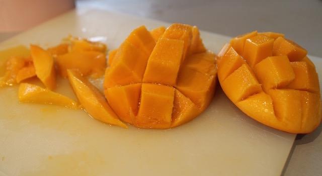 decouper-la-mangue-sorbet-melon-mangue