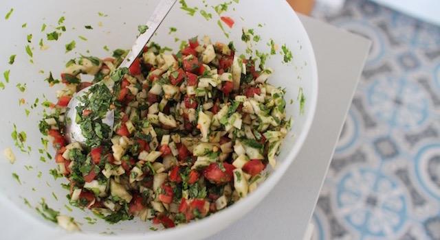 melanger-la-salade-assaissonnee-salade-de-fenouil-a-la-coriandre