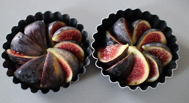 placer-les-fruits-dans-les-moules-tarte-tatin-de-figues
