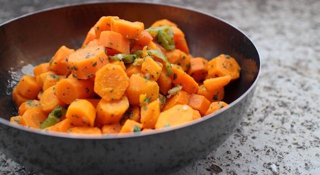 servir-la-salade-cuite-de-carottes-au-cumin