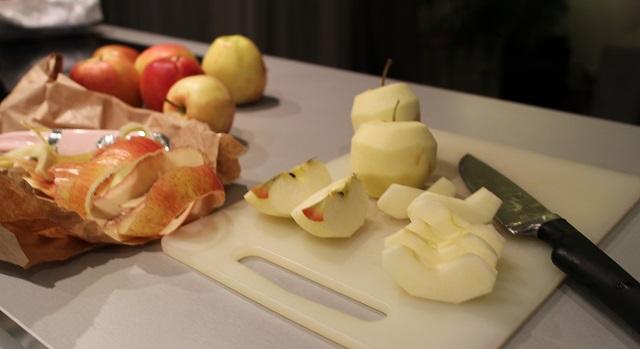 eplucher-et-decouper-le-spommes-tarte-aux-pommes-de-chef