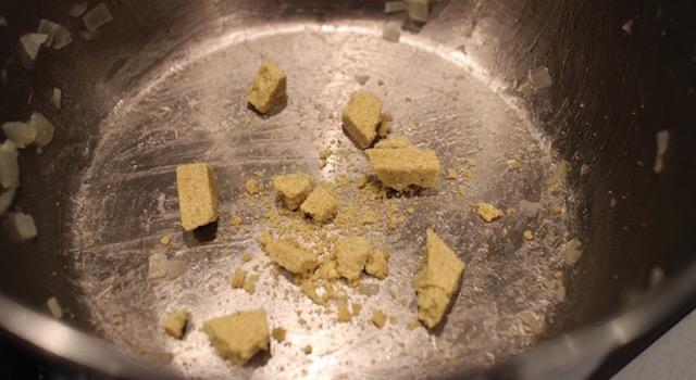 emietter-les-cubes-de-bouillon-molokheya-facon-egyptienne