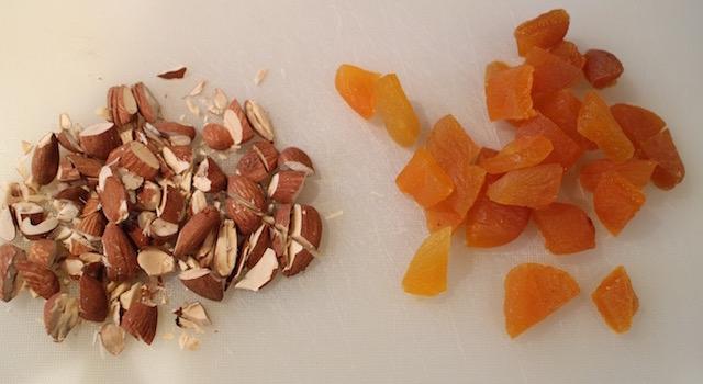 hacher-les-amandes-et-couper-les-abricots-secs-comme-un-couscous-boulettes-aux-amandes