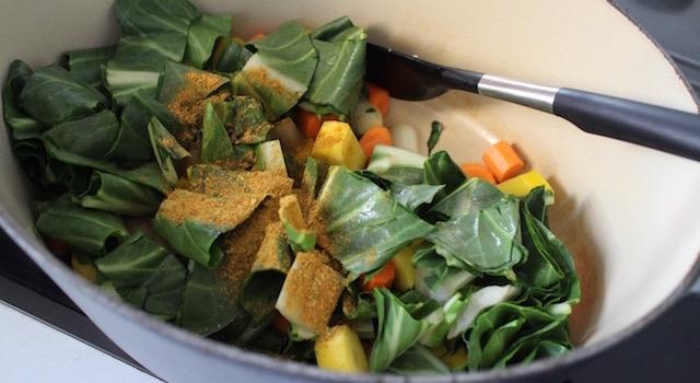 melanger-les-legumes-et-ajouter-les-epices-maggi-comme-un-couscous-boulettes-aux-amandes