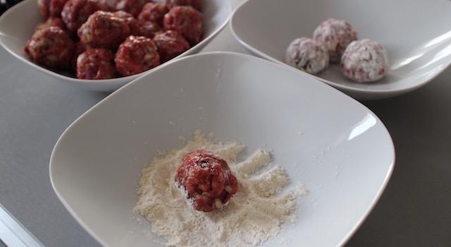 passer-les-boulettes-dans-la-farine-comme-un-couscous-boulettes-aux-amandes