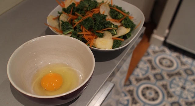preparer-loeuf-poche-salade-de-kale-detox